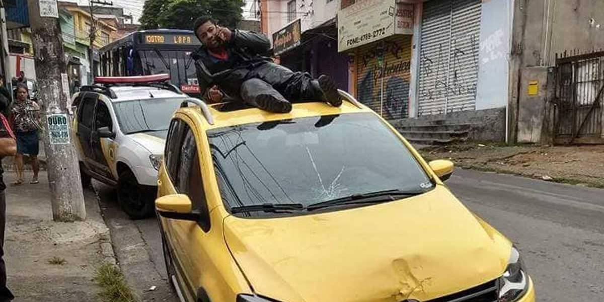 Motociclista liga para pedir socorro do teto de carro que o atropelou; veja o vídeo
