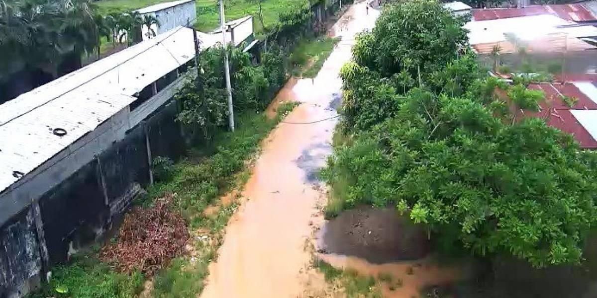 Río Catarama se desborda tras ruptura de muro de contención