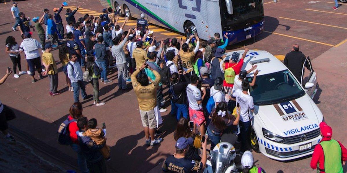 VIDEO: Afición de Pumas y policías pelean a las afueras de C.U.