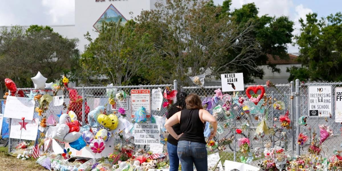 Estudiantes regresan a la escuela de la masacre en Florida