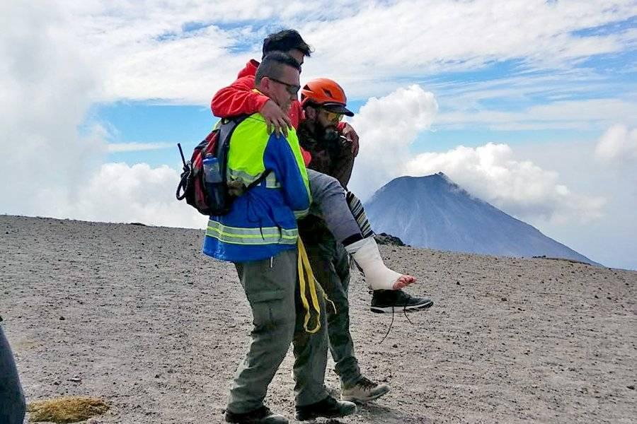 Rescatan a joven lesionado en lo alto del Nevado de Colima