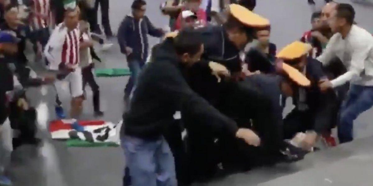 VIDEO: Aficionados de Chivas y policías terminan a golpes