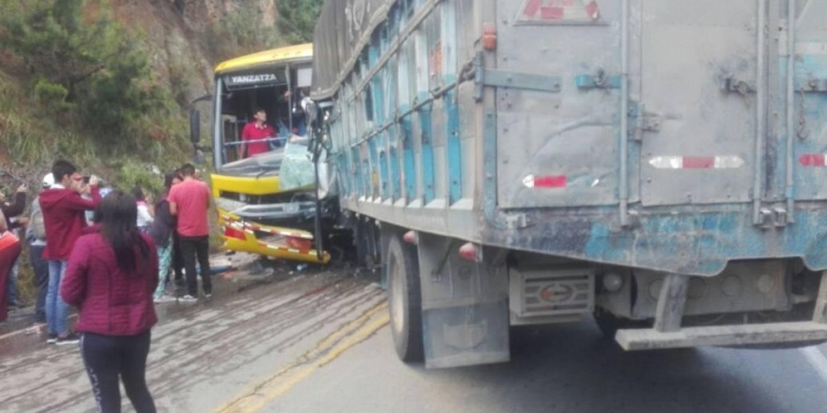 Un fallecido y 16 afectados tras accidente de camión y bus en el sur de Ecuador