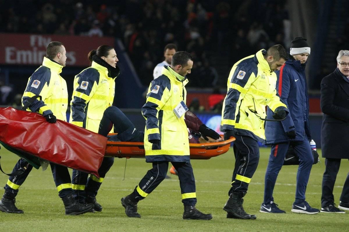 Neymar tuvo que salir en camilla.