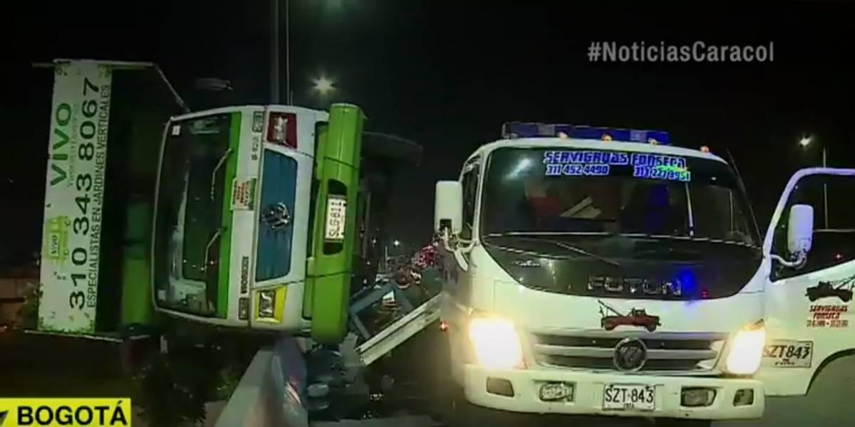 Momentos de pánico por camión que quedó colgando de puente vehicular en Bogotá