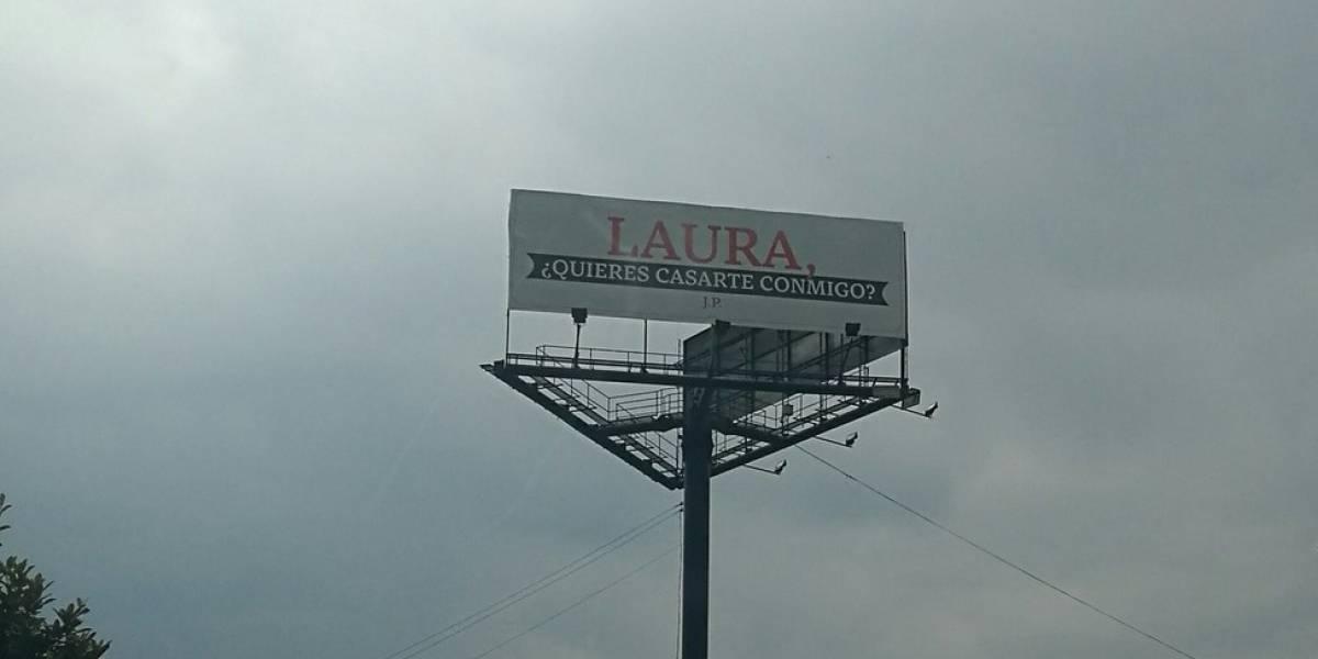 Por redes sociales se preguntan ¿dónde está Laura?, a quien le pidieron matrimonio en valla de Bogotá