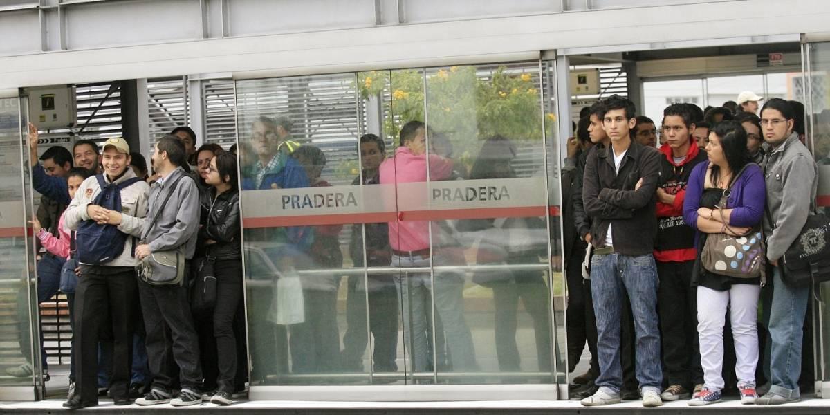 Hombre es sorprendido manoseando a una mujer en estación de TransMilenio
