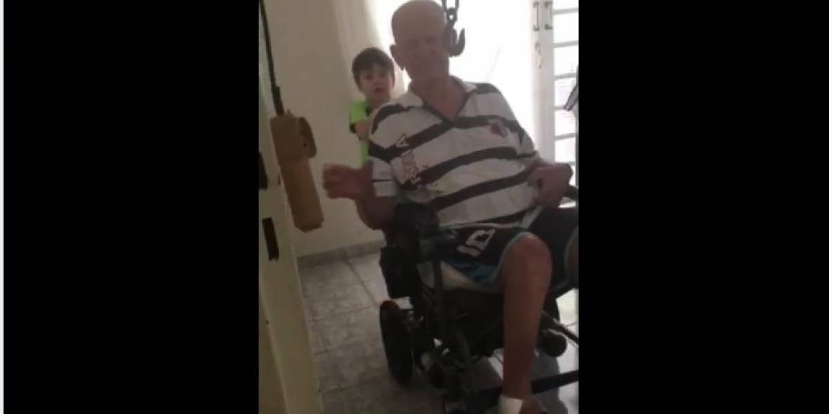 Em vídeo emocionante, criança de seis anos cuida de avô cadeirante