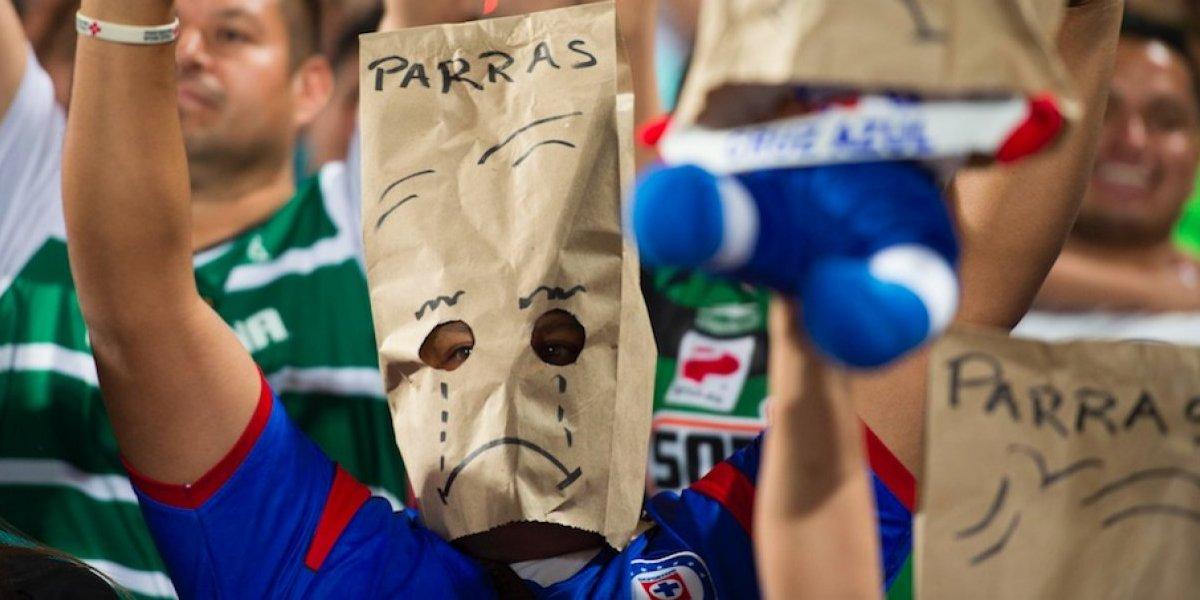 Afición de Cruz Azul usa bolsas en la cabeza tras derrota ante Santos