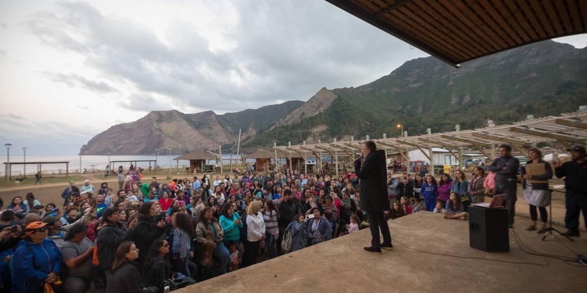 Miguel Bosé asume compromiso con Juan Fernández tras visita al archipiélago