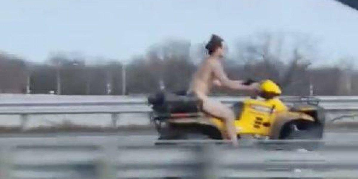Kamikaze peladão: homem é gravado fugindo da polícia sem roupas e na contramão