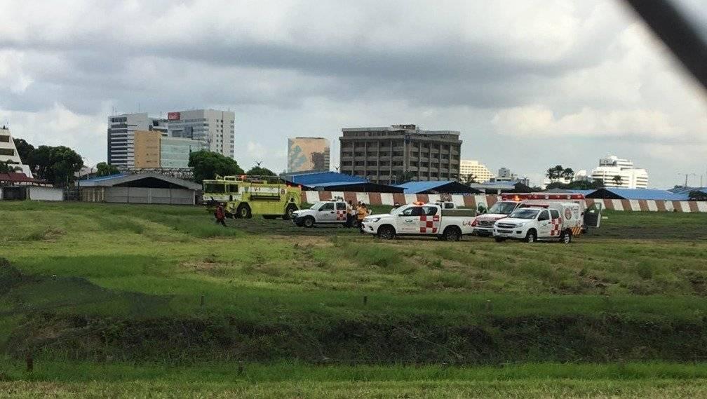 Ambulancias acuden a emergencia de personas que caen desde el sistema del tren de decolaje de un avión