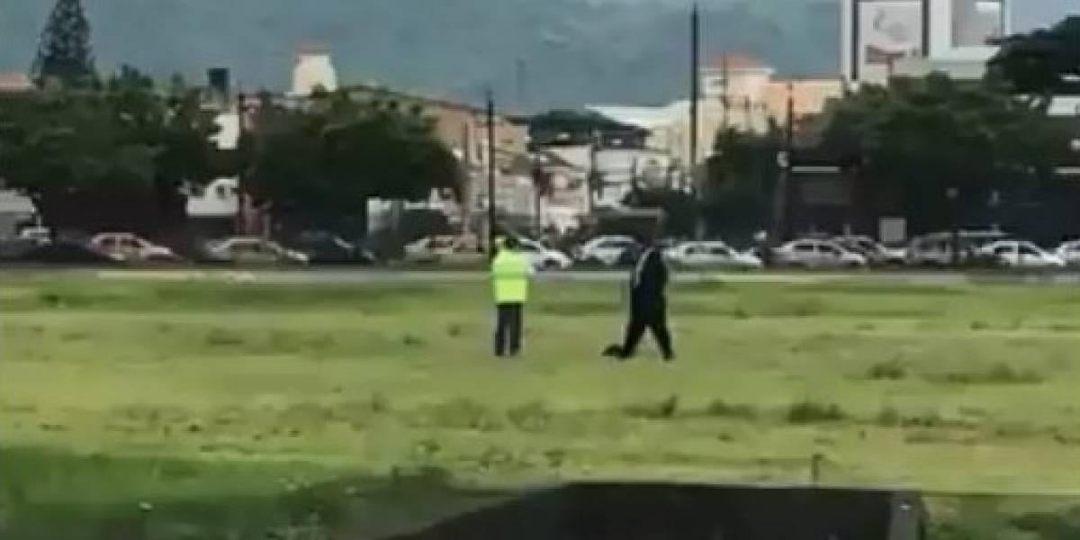 Personas cayeron desde el sistema del tren de decolaje de un avión