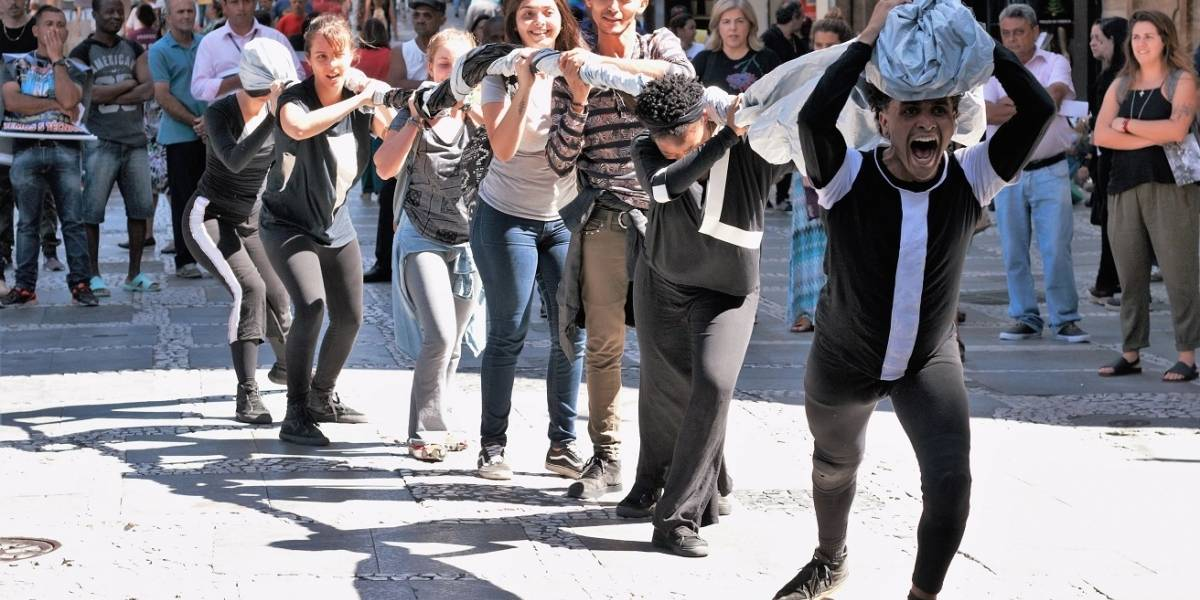 Ação artística com lona plástica guia coreografia pelas ruas do centro de São Paulo