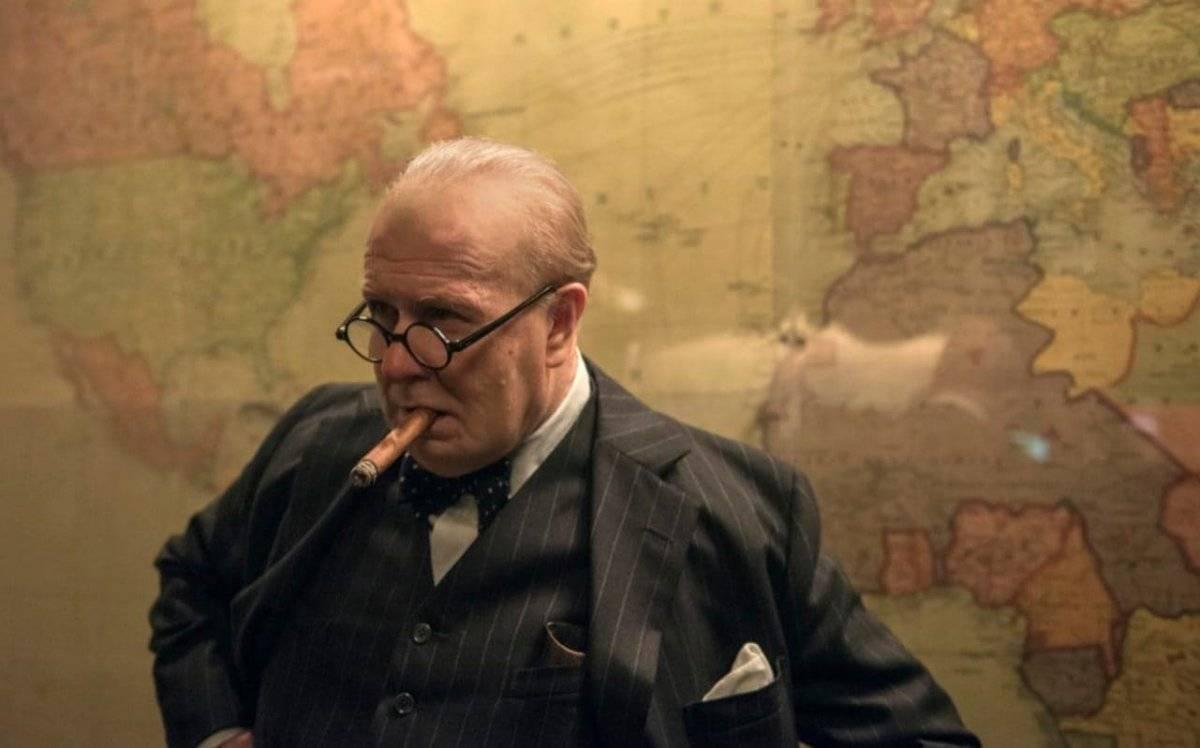 """Gary Oldman. Em sua segunda indicação ao Oscar, o ator interpreta o britânico Winston Churchill em """"O Destino de uma Nação"""". Além das muitas mudanças na aparência, ele também conseguiu assimilar o sotaque único e a personalidade forte do político. O papel tem sido bastante elogiado pelo público e a crítica. A primeira vez que Oldman recebeu uma nomeação da Academia foi em 2012, por """"O Espião que Sabia Demais"""" / Divulgação"""