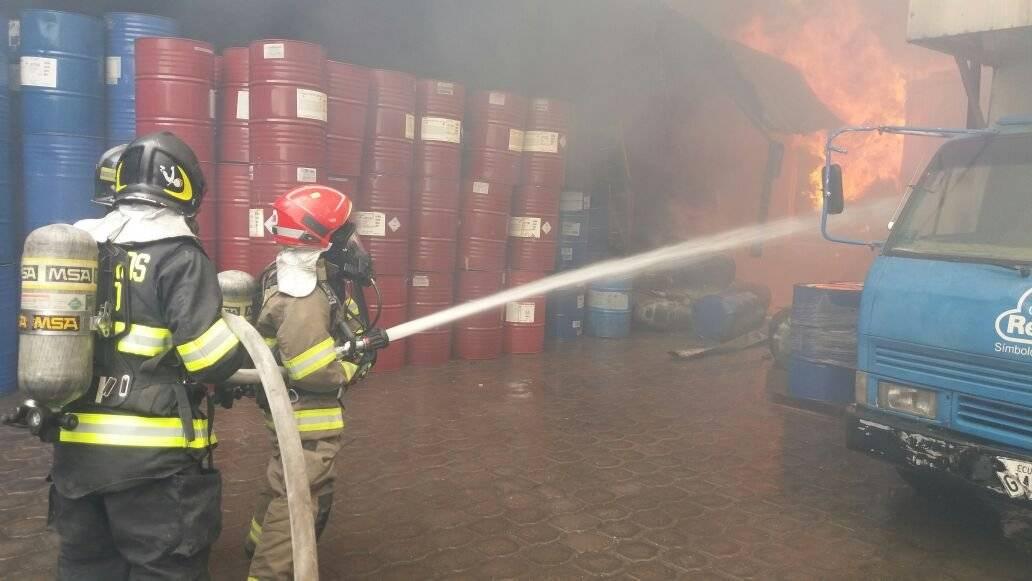 Bomberos Quito Fábrica se incendia enel sector industrial de Guamaní, sur de QuitoFábrica se incendia enel sector industrial de Guamaní, sur de Quito