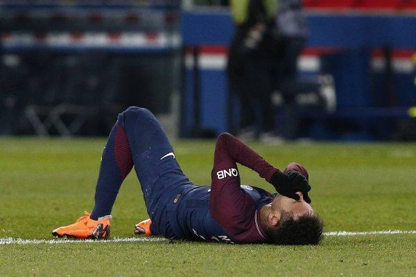 Neymar podría estar dos meses fuera de las canchas / Foto: AP