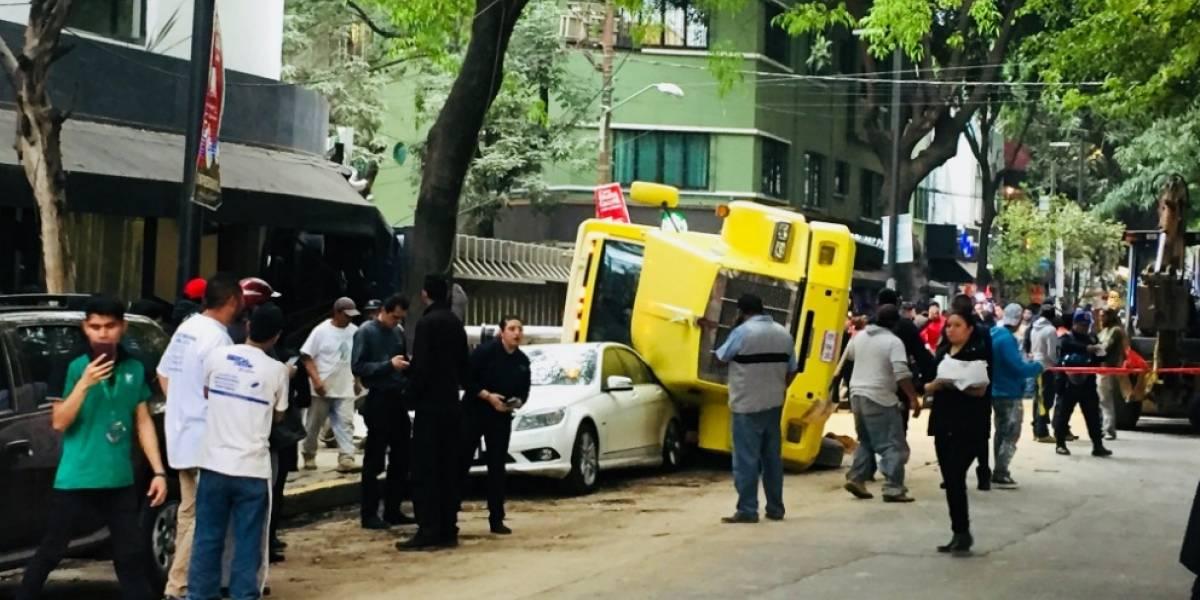 Video: Volcadura de tractocamión cimbra a la colonia Condesa