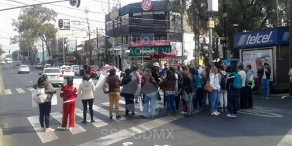 Padres de familia bloquean Avenida Universidad en protesta por averías en escuela
