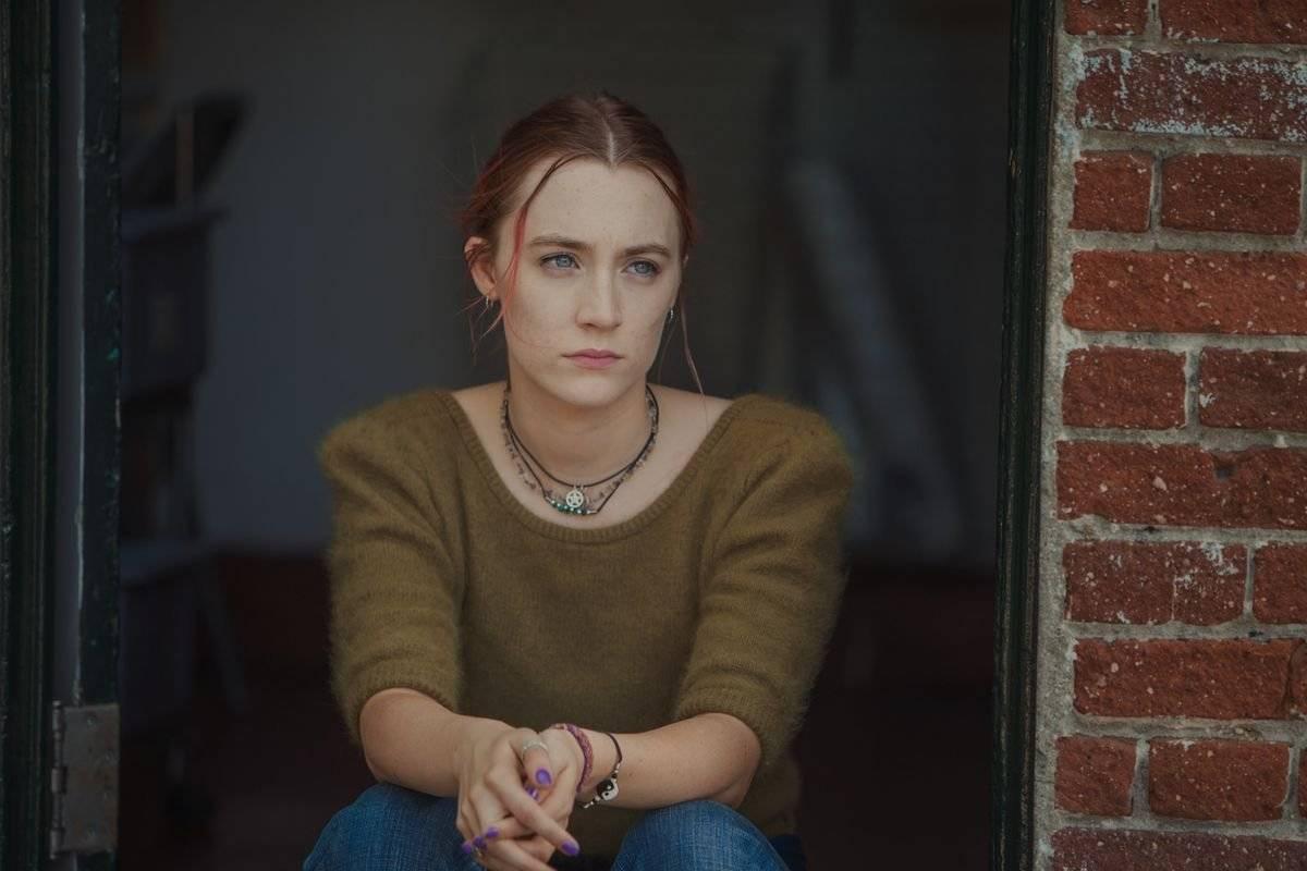 """Saoirse Ronan. A irlandesa de 23 anos que estrela """"Lady Bird - A Hora de Voar"""" é apontada como uma das melhores de sua geração. Na trama, ela encarna uma adolescente cheia de opiniões que ganha mais força devido à alta capacidade dramática já conhecida da atriz. É a segunda indicação de Saoirse Ronan na categoria, sendo que a primeira foi por """"Brooklyn"""", em 2016 / Divulgação"""
