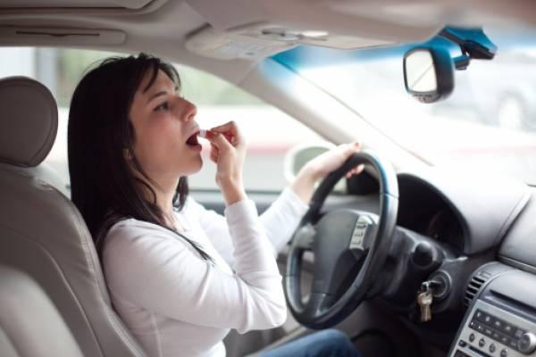 Maquillarse en el auto