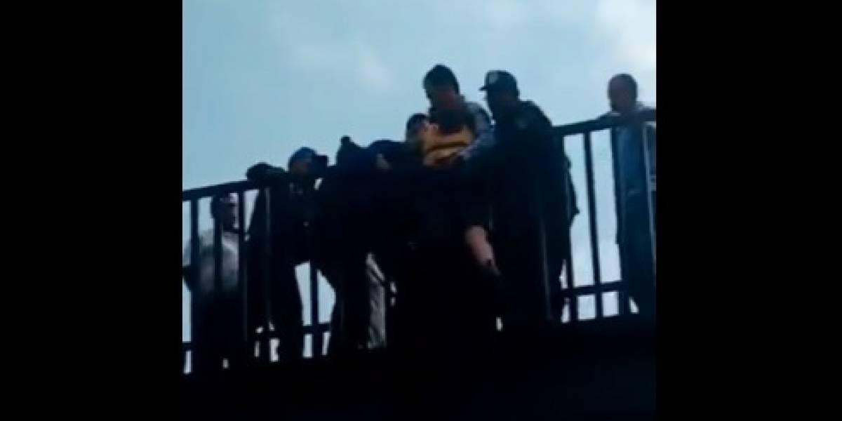 Policías evitan que joven de 19 años se arroje de puente en Tlatelolco