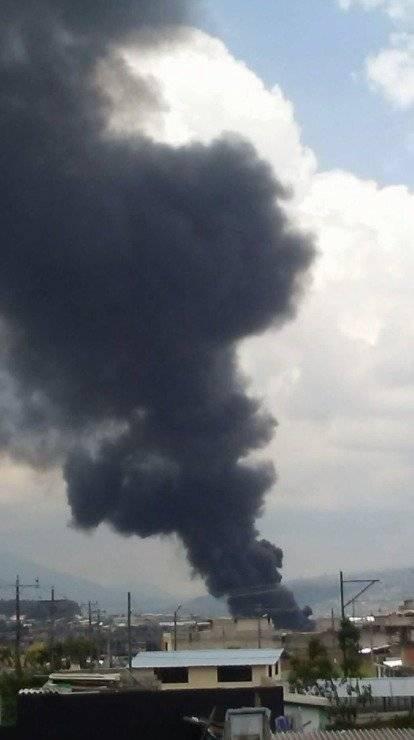Fábrica se incendia enel sector industrial de Guamaní, sur de Quito