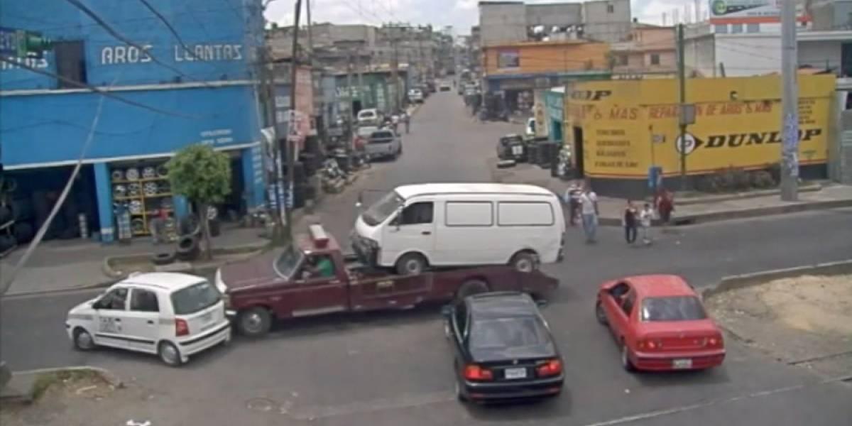 VIDEO. Taxista provoca accidente y tras discusión amenaza a conductor con un machete