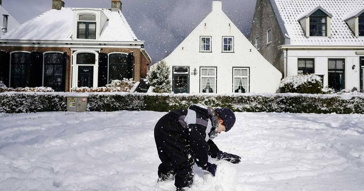 Garoto brinca na neve na Holanda REUTERS/Cris Toala Olivares