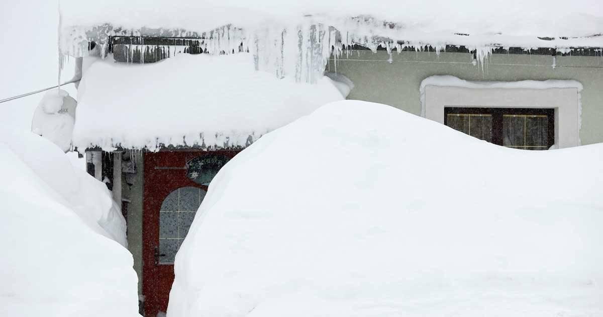 Casas ficaram completamente cobertas e neve na Croácia REUTERS/Antonio Bronic