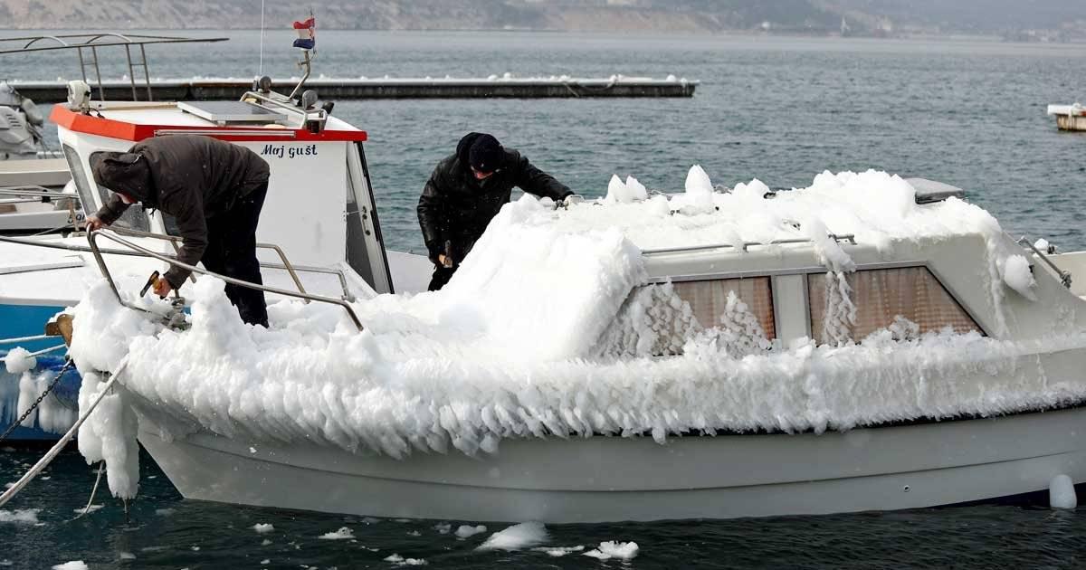 Em Bakarac, Croatia, até os barcos congelaram REUTERS/Antonio Bronic