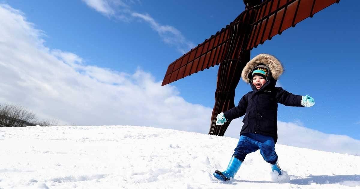 Garoto brinca no gelo na Inglaterra REUTERS/Scott Heppell