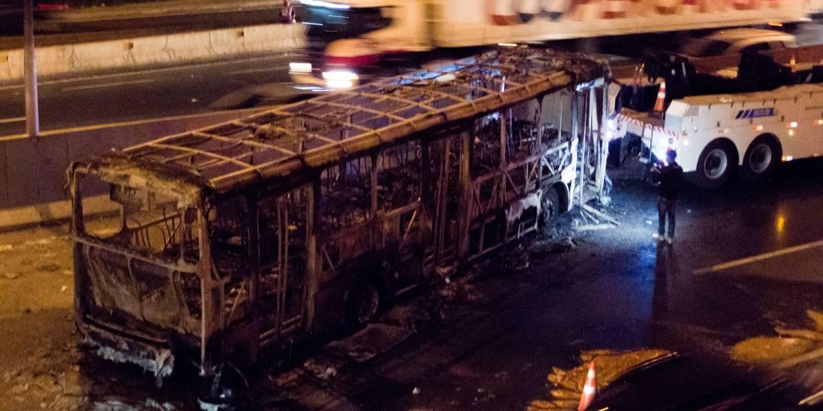 Ônibus é incendiado na rodovia Raposo Tavares
