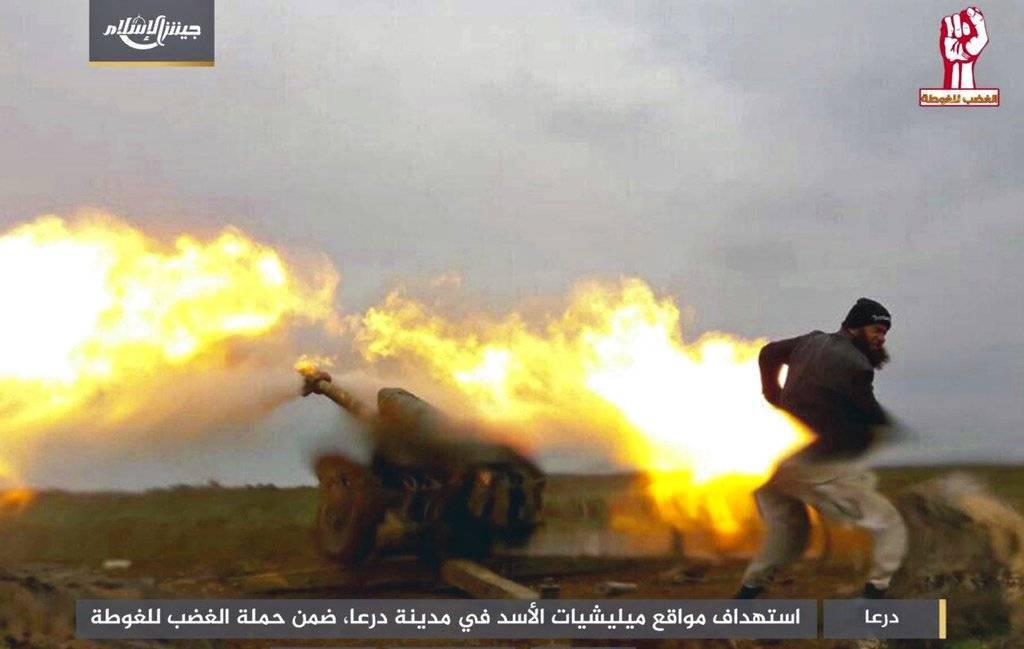 En esta imagen difundida el domingo, 25 de febrero de 2018, por el grupo insurgente sirio Ejército del Islam, un combatiente de la milicia rebelde dispara artillería durante combates con fuerzas del gobierno en la provincia sureña de Daraa, en Siria. (Ejé
