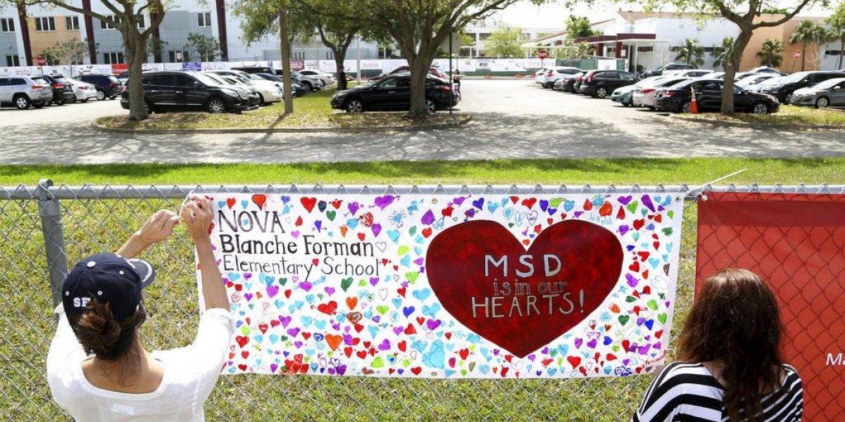 Rodeados de policías, estudiantes vuelven a escuela de Florida