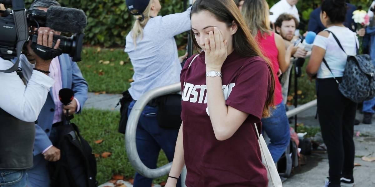 Rodeados de policías, estudiantes de Florida regresan a escuela tras tiroteo