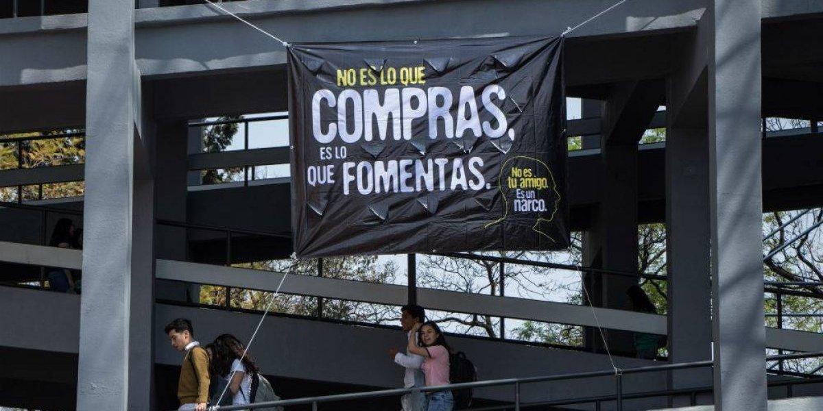 FOTOS: Cubren CU de mantas contra la violencia y el narco
