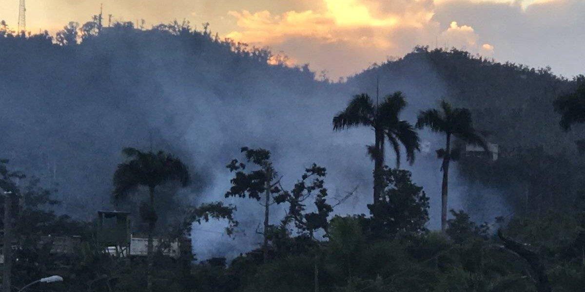 Fuego en Bayamón propaga malos olores por varias zonas