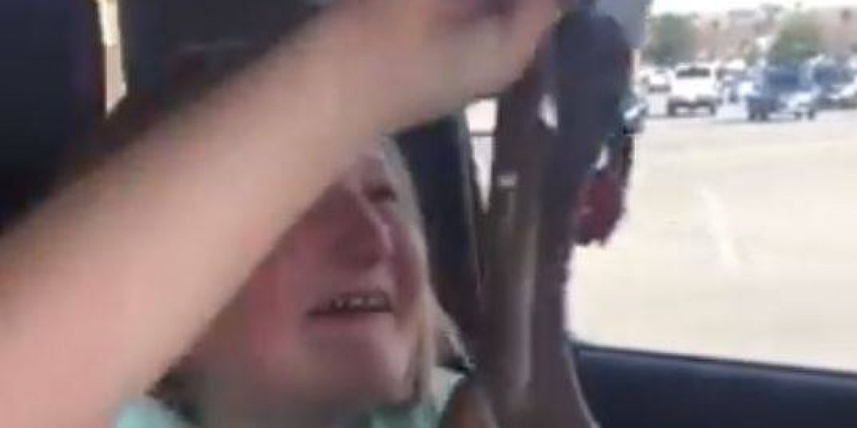 Menina de 10 anos chora de alegria ao receber espingarda de presente; veja