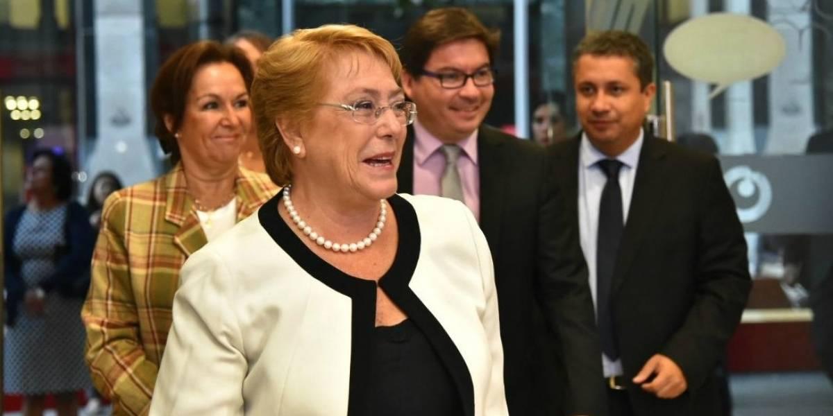 """Bachelet se vengó del """"slash-slash"""": Presidenta se atrevió leyendo una nueva dirección de sitio web"""