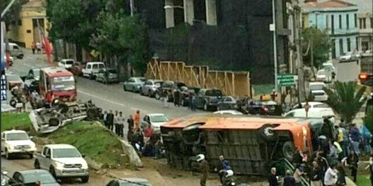 Terrible accidente en Valparaíso: bus de pasajeros se volcó dejando al menos 30 heridos de los cuales 4 son menores
