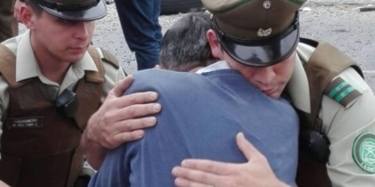 La imagen de carabinero abrazando a víctima de accidente en Valparaíso que emocionó a las redes sociales
