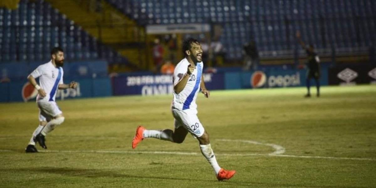 Carlos Ruiz celebra un gol con la selección