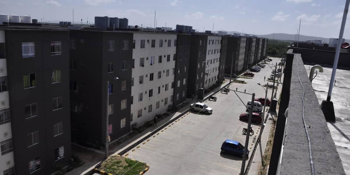 """Habitantes protestan por """"mala calidad"""" de viviendas subsidiadas por el gobierno en Barranquilla"""