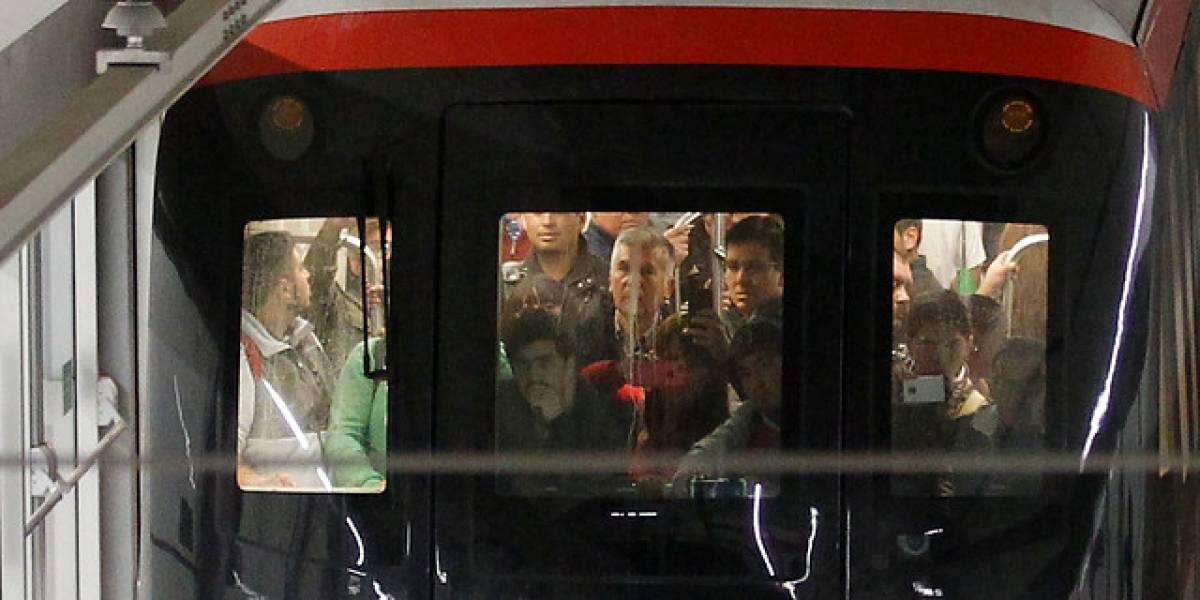 Marzo comenzó con fallas: Metro de Santiago sufre problemas de energía en plena hora punta