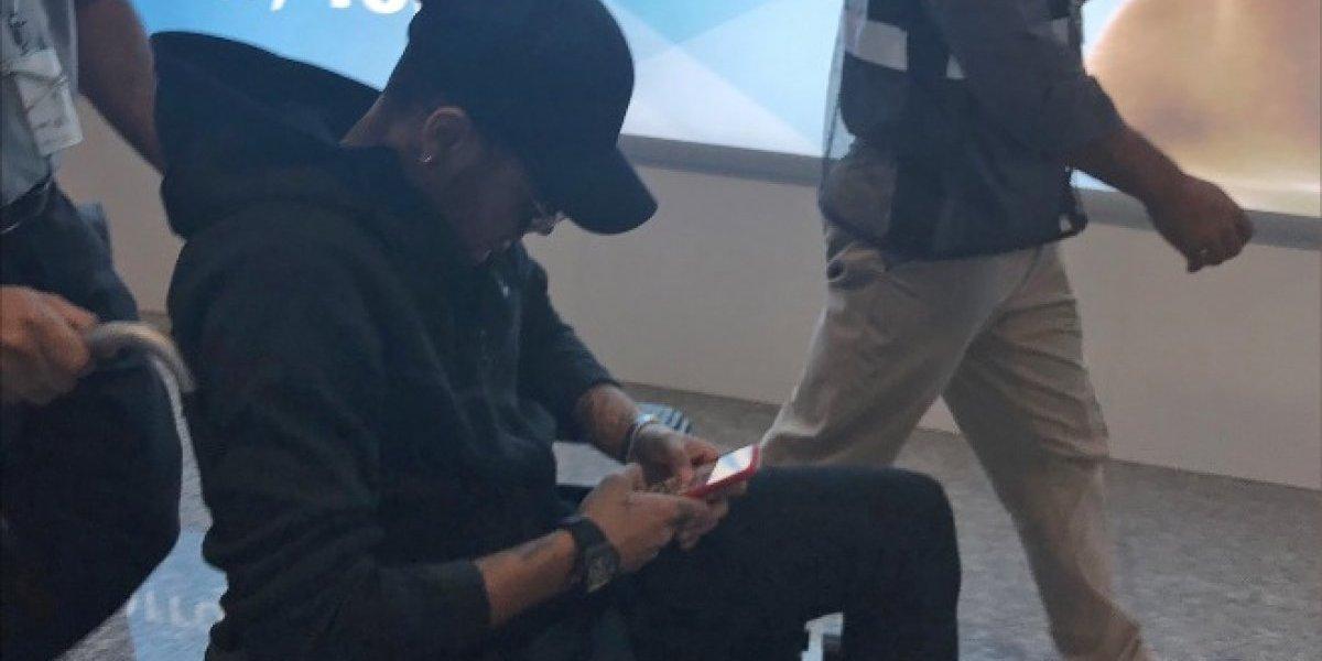 Con perfil bajo y en silla de ruedas, Neymar llega a Brasil para ser operado