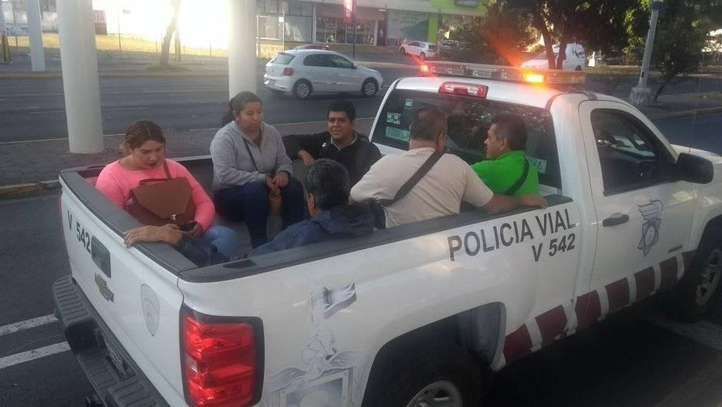 Autoridades municipales y estatales prestaron vehículos oficiales para apoyar a personas varadas.