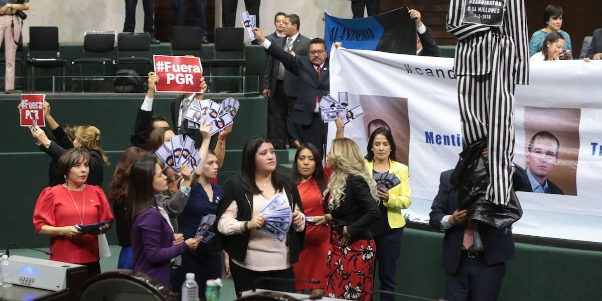 Con pancartas y muñecos, priistas piden a Anaya enfrentar a la justicia