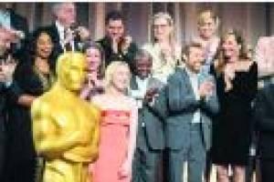 """La nominada Saoirse Ronan (""""Lady Bird"""") y sus compañeros nominados durante el Almuerzo de los Nominados a los Óscar en el Beverly Hilton de Beverly Hills, el 5 de febrero de 2018. Matt Petit / ©A.M.P.A.S."""