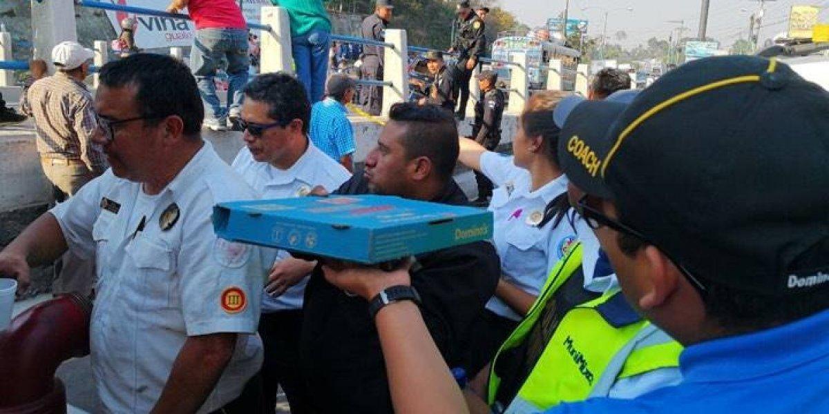 Solidaridad en la tragedia: Domino's entregó pizza a quienes apoyaron en el accidente en Mixco